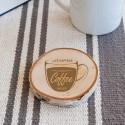 Drewniana podkładka pod kubek dla miłośnika kawy