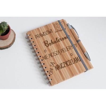 """Notatnik bambusowy dla nauczyciela """"Prawdziwi bohaterowie nie noszą peleryny oni są nauczycielami"""""""