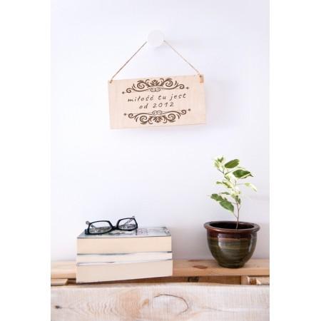 """Drewniana tabliczka dla pary """"Miłość jest tu od..."""""""